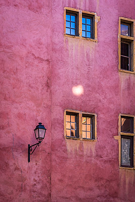 Rosa Fassade mit Straßenlaterne - p1170m2110412 von Bjanka Kadic