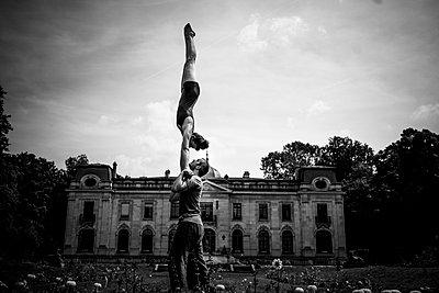 Partner acrobatics - p1295m2133630 by Katharina Bauer