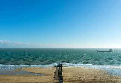 Ship sailing close to beach, Zoutelande, Zeeland, Netherlands, Europe - p429m1513645 by Mischa Keijser