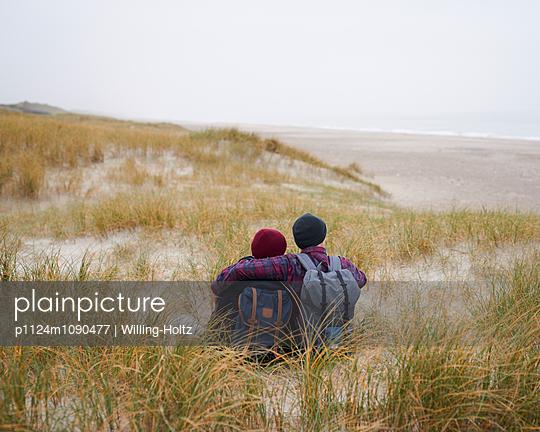 Paar sitzt in den Dünen - p1124m1090477 von Willing-Holtz