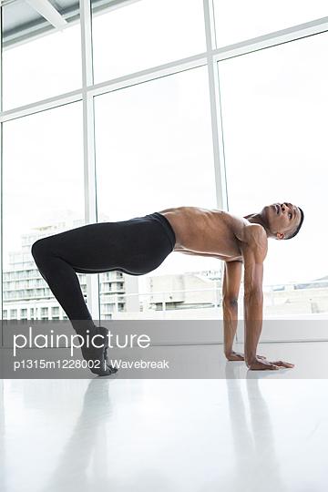 Ballerino practising ballet dance - p1315m1228002 by Wavebreak