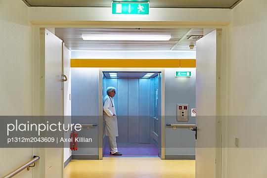 Arzt wartet im Aufzug - p1312m2043609 von Axel Killian