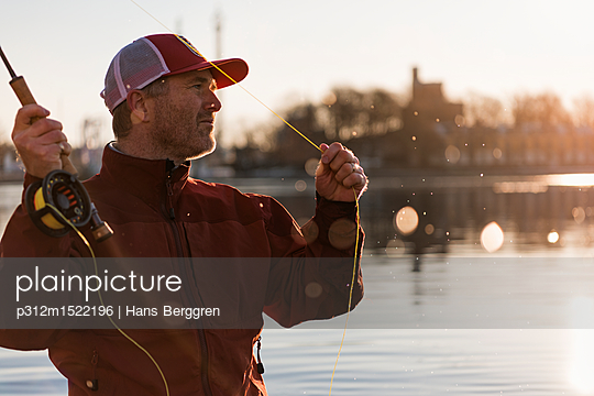 plainpicture | Photo library for authentic images - plainpicture p312m1522196 - Man fishing - plainpicture/Johner/Hans Berggren