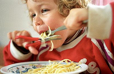 Spaghetti schneiden - p0030381 von Carolin