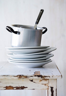 Stacked washed white dishes with pot - p1053m793703 by Joern Rynio