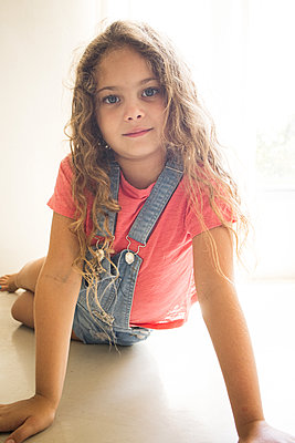 Little girl with curly hair, portrait - p1640m2246131 by Holly & John