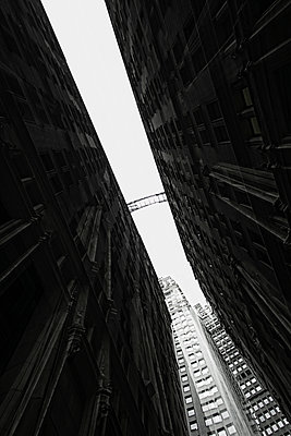 Distant view of footbridge between two building facades in Financial district, Manhattan, USA - p301m960808f by Michael Mann
