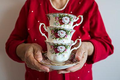 Teetassen gestapelt - p535m1004182 von Michelle Gibson