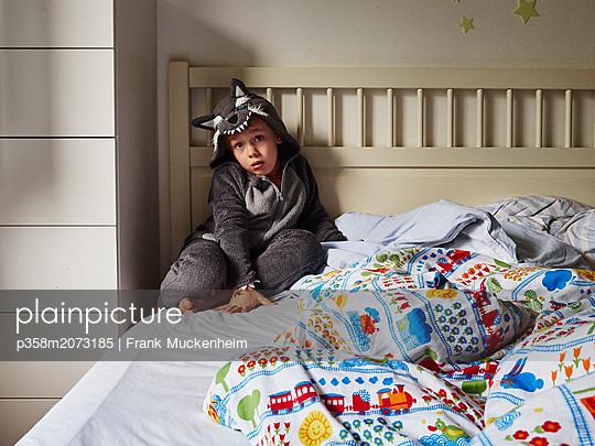 Junge im Wolfskostüm - p358m2073185 von Frank Muckenheim