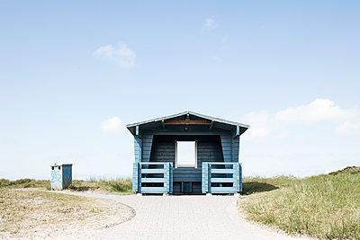 Blaue Holzhütte mit Aussichtsfenster - p1574m2183641 von manuela deigert