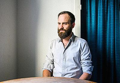 Mann in grauem Hemd - p1649m2233775 von jankonitzki
