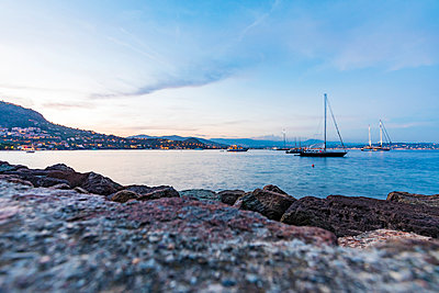 France, Provence-Alpes-Cote d'Azur, Theoule-sur-Mer, sailing yachts anchored - p300m2081512 by Werner Dieterich