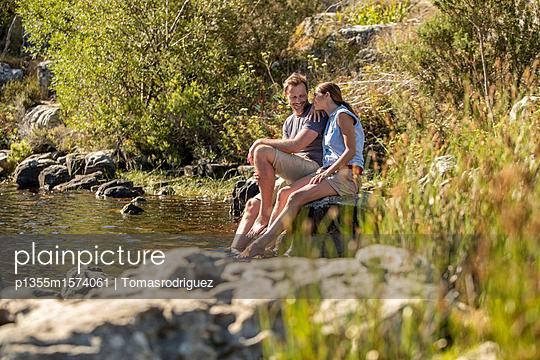 Paar entspannt am See - p1355m1574061 von Tomasrodriguez