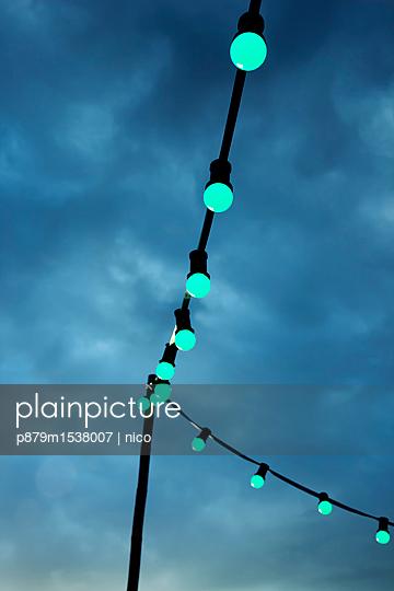 Lichterkette am Abend - p879m1538007 von nico