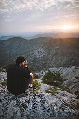 Italy, Liguria, La Spezia, Man at mountain top photographing mountain range - p1427m2213577 by Oleksii Karamanov