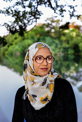 Portrait of smiling woman wearing hijab - p312m2239645 by Pernille Tofte