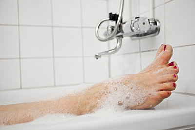 Feet by bathtub - p4267899f by Anders Bergstedt