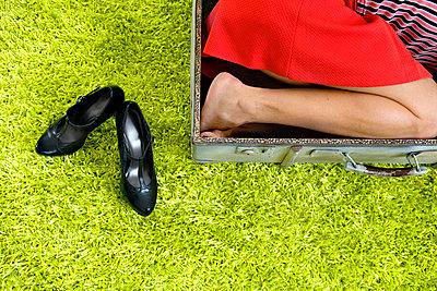 Frau im Koffer - p427m865333 von Ralf Mohr