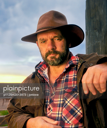 Rugged Australian farmer portrait - p1125m2013973 by jonlove