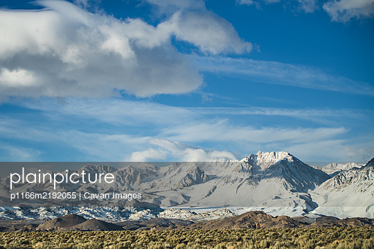 Morning sunrise view of the Eastern Sierras from the tablelands. - p1166m2192055 by Cavan Images