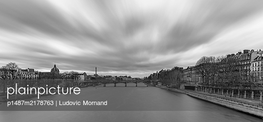View of  the Eiffel Tower over the Seine in long exposure  - p1487m2178763 by Ludovic Mornand
