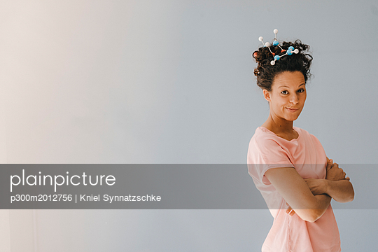 Young woman with molecule model in her hair - p300m2012756 von Kniel Synnatzschke