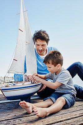 Südafrika, Westkap, Kapstadt, Bootssteg, Steg, Jetty, See, Vater und Sohn, Generationen, Segelboot, Spielzeug-Segelboot, Freizeit - p300m2267995 von Roger Richter