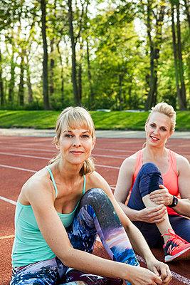 Sportive woman - p904m1031335 by Stefanie Päffgen