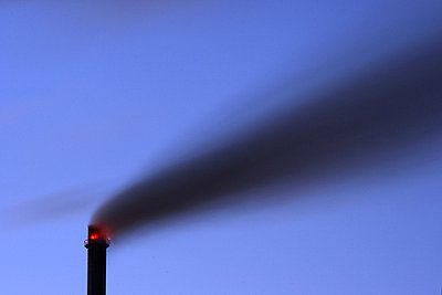 Schornstein mit Rauch vor blauem Nacht Himmel - p9792070 von Jaeckel