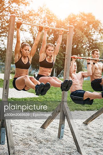 plainpicture - plainpicture p300m2069939 - sporty team during workout ... - DEEPOL by plainpicture/Epiximages