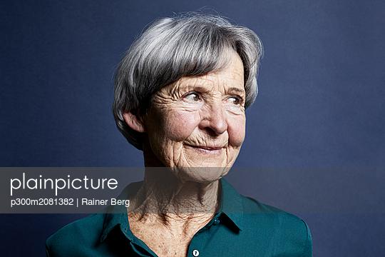 Portrait of smiling senior woman - p300m2081382 by Rainer Berg
