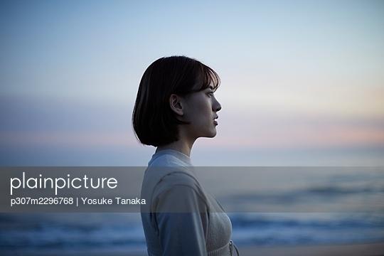 Young Japanese woman at the beach - p307m2296768 by Yosuke Tanaka