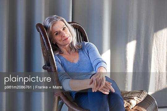 Zuhause entspannen - p981m2086761 von Franke + Mans