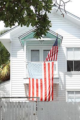 Haus mit Flagge in USA - p045m854411 von Jasmin Sander