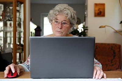 Ältere Frau mit Laptop - p1221m1589737 von Frank Lothar Lange