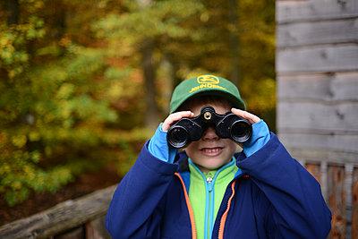 Junge mit Fernglas - p1267m1514217 von Wolf Meier