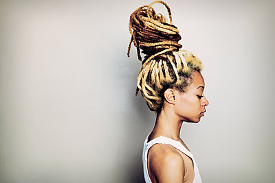 Black woman with dreadlocks bun - p555m1411297 by Peathegee Inc