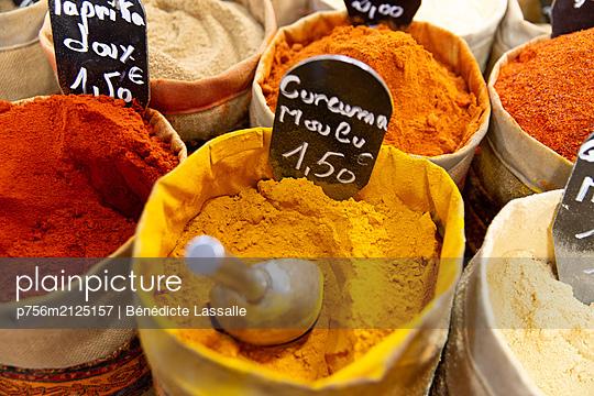 Spice stall - p756m2125157 by Bénédicte Lassalle