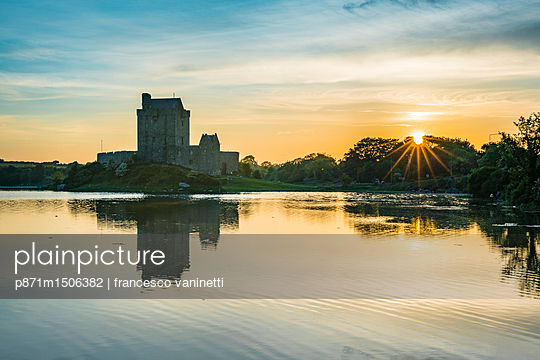 plainpicture | Photo library for authentic images - plainpicture p871m1506382 - Dunguaire Castle, County Ga... - plainpicture/robertharding/francesco vaninetti