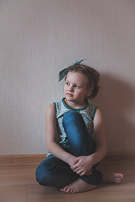 Portrait of little girl with hair ribbon - p1642m2222249 by V-fokuse