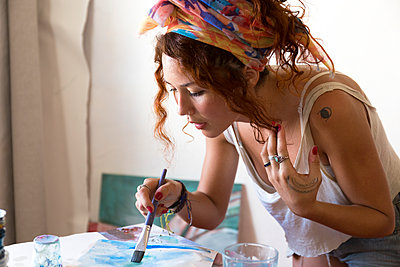 Young woman painting in art studio - p300m2103328 von Sus Pons