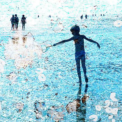 Junge spielt am Strand - p567m667658 von AURELIAJAEGER