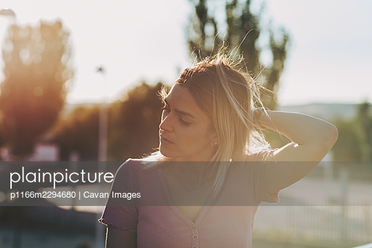 Portrait of a blonde girl enjoying the sunset. - p1166m2294680 by Cavan Images