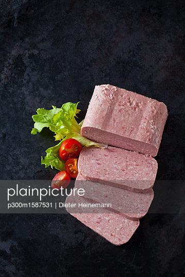 Luncheon on dark ground - p300m1587531 von Dieter Heinemann