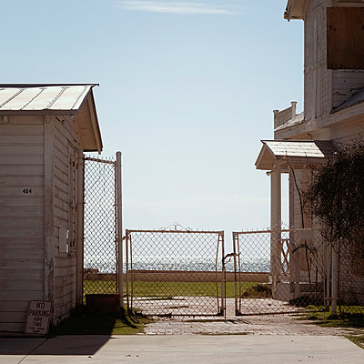 Deserted residential building at the seaside - p1105m1497199 by Virginie Plauchut