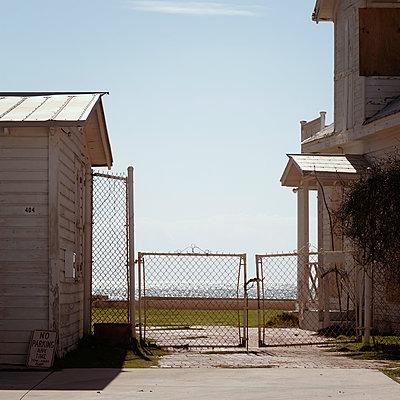 Verlassenes Wohnhaus an der Küste - p1105m1497199 von Virginie Plauchut
