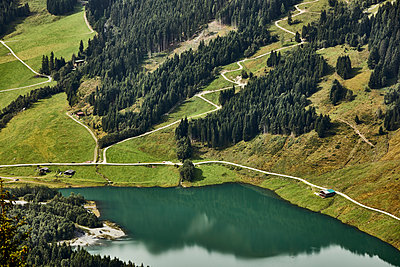 Hiking trail at mountain lake, aerial view - p1511m2223107 by artwall