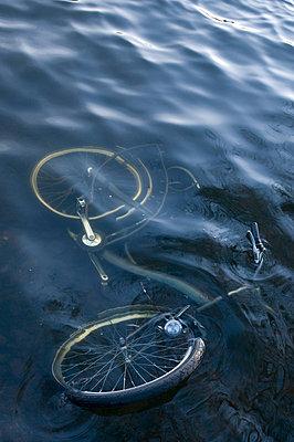 Fahrrad unter Wasser - p1781172 von owi