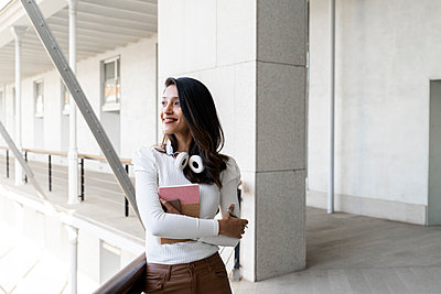Smiling young woman holding notebook outdoors - p300m2166207 by VITTA GALLERY
