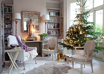 Christmas tree in bay window of London home with effigy on table - p349m1198402 by Robert Sanderson